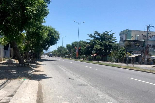 Đường quốc lộ 1A qua huyện Hoà Vang vắng vẻ trưa 28/7. Ảnh: Minh Thế.