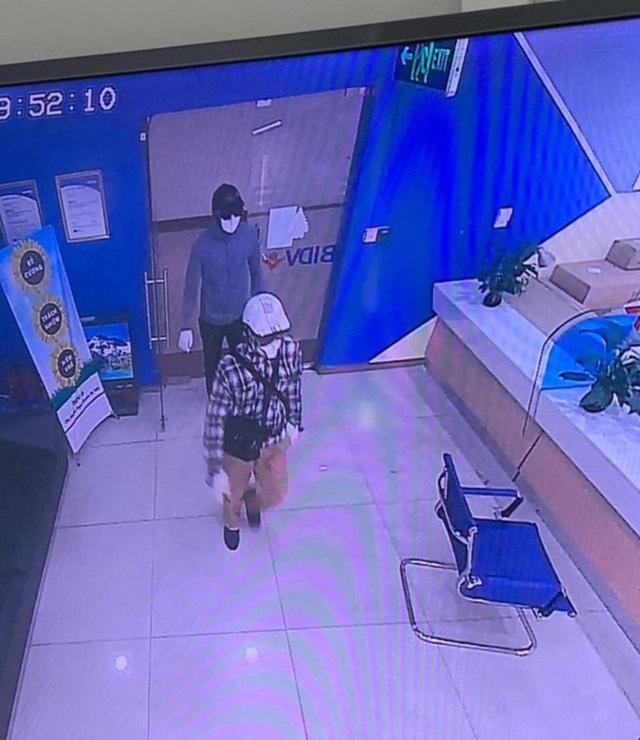 Công bố hình ảnh 2 tên cướp bịt mặt, nổ súng cướp 942 triệu đồng tại Ngân hàng BIDV - Ảnh 1.