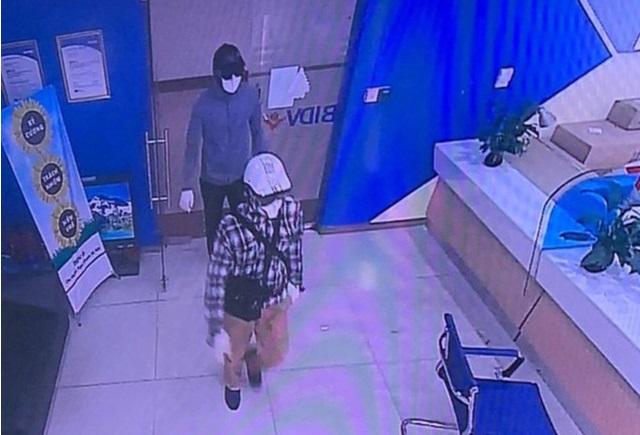 Công bố hình ảnh 2 tên cướp bịt mặt, nổ súng cướp 942 triệu đồng tại BIDV