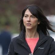 Vợ cũ của Jeff Bezos đổi tên sau ly hôn và chi gần 1,7 tỷ USD làm từ thiện