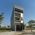 <p> Anne House là tên gọi của ngôi nhà ở Ngũ Hành Sơn, Đà Nẵng, có diện tích khoảng 100 m2. Mặt tiền hướng về phía tây bắc, nơi tiếp xúc với ánh nắng mặt trời gay gắt và nhiệt độ cao vào buổi chiều. Thách thức đối với kiến trúc sư là giải quyết các vấn đề liên quan đến chống nắng và giảm độ oi bức cho ngôi nhà.</p>