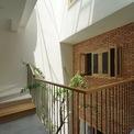<p> Nhà mang lại cảm giác thoải mái nhờ nguồn năng lượng tự nhiên có sẵn kết hợp với các vật liệu thô, thân thiện có sẵn tại địa phương.</p>