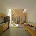 <p> Với những yêu cầu đó, các kiến trúc sư đã tạo ra một không gian đệm ở chính giữa nhà, kết hợp với cây xanh giúp điều hòa ánh sáng cho cả không gian.</p>