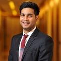 <p> Jai Anmol Ambani (28 tuổi) là con trai cả của ông Anil Ambani - em trai tỷ phú giàu nhất châu Á Mukesh Ambani - và bà Tina Ambani. Có tên trong danh sách thừa kế của gia tộc giàu nhất châu Á thế nhưng theo <em>SCMP</em>, Jai Anmol Ambani cùng em trai Jai Anshul Ambani sẽ có con đường kế nghiệp đầy chông gai khi công ty của cha đang ngập trong nợ nần.</p>