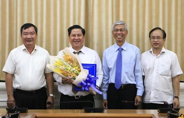 Tân Phó Chủ tịch UBND Quận 2 Huỳnh Văn Tâm nhận quyết định bổ nhiệm.