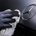 """<p class=""""Normal""""> <strong>2.<span> </span>Mercedes-Benz</strong></p> <p class=""""Normal""""> Xếp hạng trong Top 100: 23</p> <p class=""""Normal""""> Giá trị thương hiệu năm 2020: 28,5 tỷ USD</p> <p class=""""Normal""""> Tăng/giảm giá trị thương hiệu so với năm 2019: -14%</p> <p class=""""Normal""""> Quốc gia: Đức (Ảnh: <em>Bloomberg</em>)</p>"""