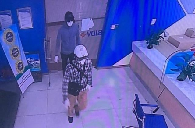 Hình ảnh 2 đối tượng vào cướp ngân hàng BIDV bị camera ghi lại.