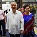<p> <strong>Vẫn dùng điện thoại Nokia cổ</strong>: Dù đủ giàu có để mua cả một công ty điện thoại, vài năm gần đây, Lucio Tan vẫn thường mang theo 4 chiếc điện thoại Nokia cổ giống hệt nhau trong túi. Theo truyền thông địa phương, có thể tỷ phú giàu thứ 6 Philippines có sở thích lưu trữ những món đồ hoài cổ. Ảnh: <em>Instagram</em>.</p>