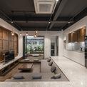 <p> Ở tầng một, không gian sinh hoạt chung của gia đình có vườn trước và sau, ở giữa được thiết kế như một phần của các khu chức năng bao quanh phòng khách, bếp, ăn, phòng và một nhà vệ sinh nhỏ.</p>