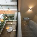 <p> Chất liệu terrazzo được sử dụng trong thiết kế sàn, hành lang và cầu thang tạo ra bầu không khí mát mẻ dễ chịu.</p>