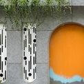 <p> Cánh cổng cũ được thay bằng bức tường kín, hiện đại.</p>