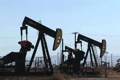 Số liệu kinh tế tiêu cực, giá dầu giảm, vàng bị chốt lời sau 9 phiên tăng