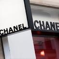 """<p class=""""Normal""""> <strong>Chanel</strong></p> <p class=""""Normal""""> Xếp hạng trong Top 100: 52</p> <p class=""""Normal""""> Giá trị thương hiệu: 12,8 tỷ USD</p> <p class=""""Normal""""> Thay đổi so với năm 2019: 42% (Ảnh: <em>Bloomberg</em>)</p>"""