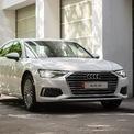 """<p class=""""Normal""""> <strong>Audi A6 45 TFSI</strong></p> <p class=""""Normal""""> Giá: chưa công bố</p> <p class=""""Normal""""> Mẫu xe sang sedan Audi A6 45 TFSI dẫn động cầu trước được trang bị hệ thống mild hybrid vừa có mặt tại hệ thống Audi Việt Nam. Audi A6 mới lớn hơn phiên bản tiền nhiệm 17 mm ở khu để chân, chiều dài khoang nội thất cũng thêm 21 mm và phần trần xe được nâng lên thêm 11 mm.</p> <p class=""""Normal""""> Xe trang bị động cơ 2.0L cho công suất cực đại 180 kW (245 mã lực), mô-men xoắn tối đa 370 Nm trong dải vòng tua từ 1.600 tới 4.300 rpm đi kèm số tự động S tronic 7 cấp giúp chiếc xe có thể tăng tốc từ 0 đến 100 km/h trong 6,9 giây. (Ảnh: <em>Audi</em>)</p>"""