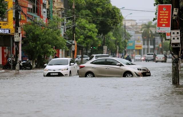 Nhiều tài xế khi đi đến đầu đường Hải Thượng Lãn ông phải quay đầu ra quốc lộ 1A, vì nước ngập hơn nửa bánh, sáng 2/8. Ảnh: Đức Hùng