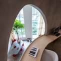<p> Một mái vòm rộng ở phòng làm việc tầng 2 cho phép lấy ánh sáng tự nhiên từ tầng 1 đồng thời làm tăng tính kết nối giữa các không gian trong nhà.</p>