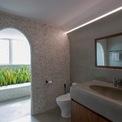 <p> Nhà vệ sinh, phòng tắm được thiết kế hiện đại, kết nối trực tiếp với logia.</p>