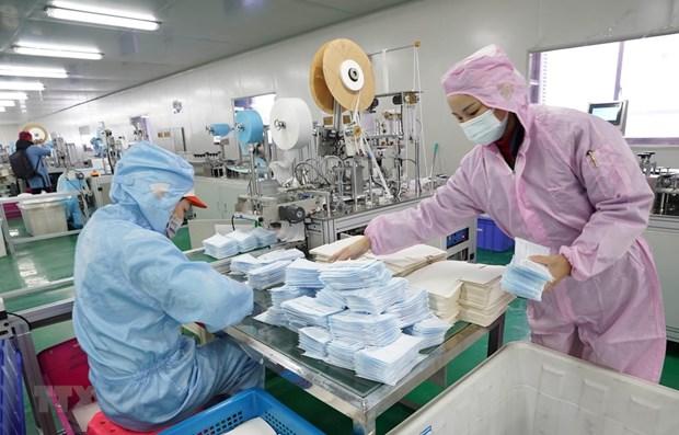 Công nhân may khẩu trang y tế tại một nhà máy ở Vũ Hán, Trung Quốc. (Nguồn: THX/TTXVN)