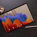 """<p class=""""Normal""""> <strong>Tab S7 Series</strong></p> <p class=""""Normal""""> Dòng máy tính bảng S7 có hai phiên bản. Mẫu Tab S7 có kích thước màn hình 11 inch, trong khi S7+ có màn hình 12,4 inch. Cả hai thiết bị này đều có tần số quét 120Hz. Thông số kỹ thuật hai máy gần như tương đồng.</p> <p class=""""Normal""""> Samsung cũng tung ra bàn phím kiêm bao bảo vệ cho hai chiếc máy, với nhiều cải tiến mới. Bút S Pen cho thiết bị này cũng được trang bị nhiều tính năng như có trên S Pen của Galaxy Note20. Ngoài ra, hãng cũng giới thiệu thêm chuột quang để sử dụng kèm với máy tính bảng.</p> <p class=""""Normal""""> Trên toàn cầu, giá Tab S7 từ 649USD (Wi-Fi) đến 849USD (5G), Tab S7+ từ 849USD (Wi-Fi) đến 1.049USD (5G).</p>"""