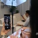 <p> Trong lúc quay video, người dùng có thể tuỳ chọn một trong 3 micro được tích hợp để quay phim cho đúng mục đích. Ngoài ra, máy có thể kết nối không dây với tai nghe Bluetooth mới của Samsung để ghi âm cho video, nâng chất lượng âm thanh khi quay.</p>