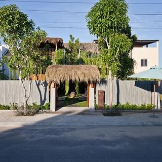 Nhà mái lá cỏ tranh ở Hội An với vườn trên cao để vừa đọc sách vừa trồng rau thư giãn
