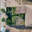 <p> Nhìn từ trên cao, 30% diện tích là mái nhà lá được làm từ cỏ tranh (một loài cỏ dại mọc nhiều ở bờ ao, bờ sông miền Trung ); 70% còn lại được phủ xanh bởi các loại cây ăn trái lâu năm, các loại rau, hoa và cỏ nhung.</p>