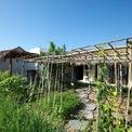 <p> Khối nhà phía tầng 2 được lấy cảm hứng từ ngôi nhà 3 gian xưa kết hợp với vật liệu tranh sen, một loại vật liệu mái khá quen thuộc ở vùng quê miền Trung Việt Nam. Đặc tính của nó là thân thiện môi trường, chống nóng tốt, thi công đơn giản, giá thành hợp lý, tạo cảm giác gần gũi.</p>