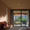 <p> Không gian phòng ngủ ấm cúng với tầm nhìn hướng ra khu vườn màu xanh.</p>