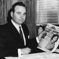 """<p class=""""Normal""""> Tỷ phú Rupert Murdoch thừa kế chuỗi các tờ báo tại Australia từ cha mình – một phóng viên chiến trường – vào năm 1952. Vào thời điểm đó, Murdoch mới 22 tuổi và vừa tốt nghiệp Đại học Oxford.</p> <p class=""""Normal""""> Ông đã sử dụng các câu chuyện """"scandal"""" trong một loạt bài báo để tăng doanh số. Thành công đến sớm giúp ông mở rộng đế chế của mình một cách nhanh chóng. Năm 1946, ông thành lập tờ báo toàn quốc đầu tiên tại Australia và vào những năm 1970, ông theo đuổi những đầu báo với tên gọi như """"UK's News of the World"""" hay """"The Sun"""". Murdoch thành lập hãng Fox News vào năm 1996.</p> <p class=""""Normal""""> Năm 2018, Thời báo New York miêu tả về Murdoch là """"một người đạt được thành công nhờ vào những thủ đoạn tàn nhẫn, giúp cho những ứng viên ông lựa chọn đi đến thành công và sau đó lợi dụng chính những ứng viên này cũng với một cách tàn nhẫn"""".</p> <p class=""""Normal""""> Khi bước chân vào giới truyền thông, Murdoch sử dụng chiến thuật đưa những tin không ai đưa, ví dụ như hình ảnh phụ nữ ngực trần ngay trên trang bìa của tạp chí The Sun, để kiếm doanh số. Sau đó nhiều năm, tạp chí The Sun đã vướng phải bê bối hack hộp thư thoại lớn và khiến thế giới biến đến Murdoch với một biệt danh """"kẻ đào bới tin tức bẩn"""". (Ảnh: <em>Getty Images)</em></p>"""