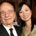 """<p class=""""Normal""""> <strong>Wendi Deng, người vợ thứ 3 của Rupert Murdoch</strong></p> <p class=""""Normal""""> Bà Deng, 51 tuổi, vốn là hậu bối của Rupert Murdoch. Họ gặp nhau khi bà 37 tuổi và đang làm việc với vị trí điều hành tại một trong những công ty của Murdoch. Bà là chuyên gia của chương trình Myspace tại Trung Quốc và là một nhà sản xuất phim.</p> <p class=""""Normal""""> Cặp đôi kết hôn năm 1999. Hôn lễ được tổ chức trong một chuyến du lịch trên chiếc du thuyền của Murdoch, chỉ vài tuần sau khi ông hoàn thiện thủ tục ly dị bà Anna.</p> <p class=""""Normal""""> Hai con trai James và Lachlan được cho là đã nhiều lần khuyên cha mình rời xa người vợ thứ 3 này nhưng hôn nhân giữa ông và bà Deng vẫn kéo dài 14 năm.</p> <p class=""""Normal""""> Bà Deng có mối quan hệ thân thiết với Ivanka Trump. Sau khi bà và Murdoch ly dị, các nhân viên tình báo Mỹ đã khuyên chồng của Ivanka Trump, Jared Kushner, không nên quá thân thiết với bà Deng vì sợ bà này sẽ dùng quan điểm và quan hệ cá nhân để tác động đến quan hệ giữa Mỹ và Trung Quốc theo hướng có lợi cho Trung Quốc. (Ảnh: <em>Getty Images</em>)</p>"""