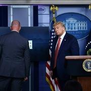 Nổ súng ngoài Nhà Trắng, Trump được sơ tán ngay giữa họp báo