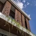 <p> Ngôi nhà được sử dụng các vật liệu thân thiện với môi trường như gạch không nung làm vách ngăn, thép chịu nhiệt cho hàng rào và mặt tiền hai lớp.</p>