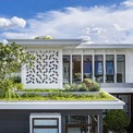 <p> Kiến trúc sư đã đưa giải pháp hệ thống ánh sáng tự nhiên vào công trình sân vườn trong nhà, giếng trời, cửa sổ lớn hơn… nhằm tận dụng ánh sáng tự nhiên vào ban ngày. Các thành viên trong gia đình cũng có thể dễ dàng nhìn thấy nhau và tận hưởng vẻ đẹp của khu vườn xung quanh.</p>