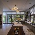 <p> Phòng khách, phòng ăn và bếp được thiết kế sang trọng.Ở tầng một, các phòng ngủ khác nằm xung quanh một khu vườn nhỏ và yên tĩnh. Khu vườn này cũng là không gian để thư giãn và mang nhiều ánh sáng tự nhiên, thông gió vào các phòng này.</p>