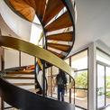 <p> Cầu thang xoắn ốc là điểm nhấn nghệ thuật của tòa nhà. Đây cũng là giếng trời để lấy ánh sáng tự nhiên và lưu thông không khí.</p>