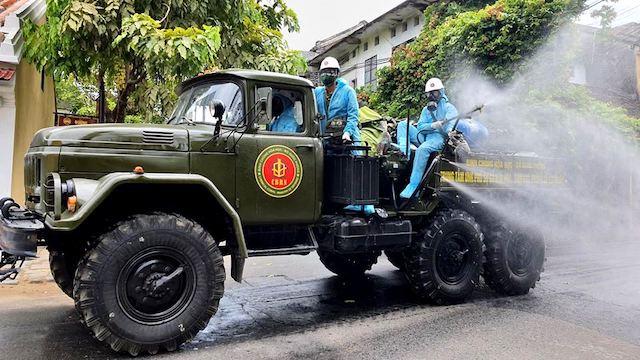 Quân đội phun hoá chất tiêu độc, khử trùng khu vực phố cổ Hội An.