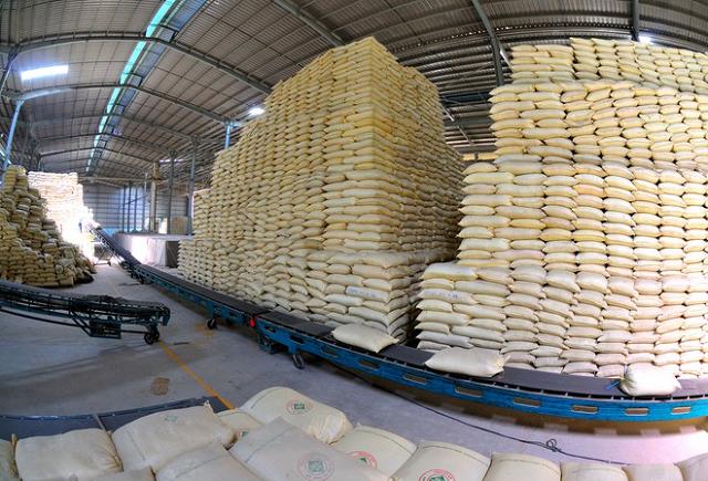 Việt Nam dẫn đầu thế giới về lượng gạo xuất khẩu trong hơn nửa năm qua