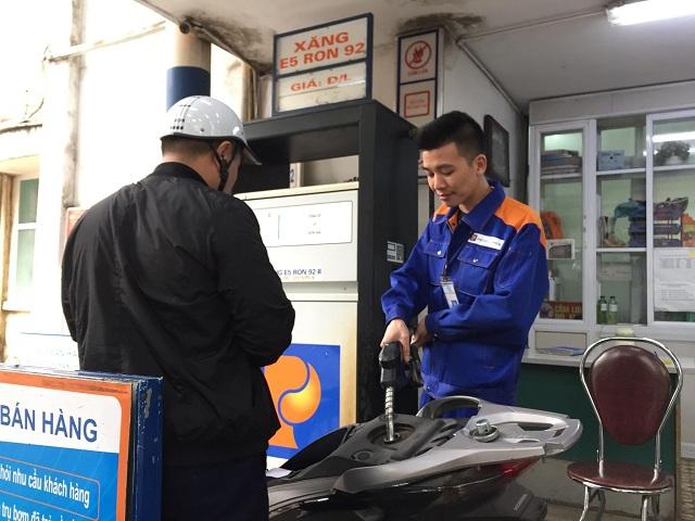 Xăng RON 95 tăng 190 đồng/lít, dầu giảm