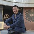 """<p class=""""Normal""""> <strong>1.<span> </span>Zhang Yong</strong></p> <p class=""""Normal""""> Tài sản: 21,9 tỷ USD</p> <p class=""""Normal""""> Quốc gia: Singapore</p> <p class=""""Normal""""> Zhang Yong là đồng sáng lập và Chủ tịch của Haidilao, một trong những chuỗi nhà hàng lẩu thành công nhất của Trung Quốc với hàng trăm nhà hàng. Ngoài ra, thương hiệu này cũng có cơ sở tại Mỹ, Nhật, Hàn Quốc, Singapore và cả Việt Nam. Tháng 9/2018, Haidilao tiến hành chào bán cổ phiếu lần đầu ra công chúng (IPO). Vợ ông Zhang, Shu Ping cũng là đồng sáng lập công ty này. (Ảnh: <em>Bloomberg</em>)</p>"""