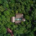 <p> Mango Bay resort là một địa điểm nổi tiếng trên đảo Phú Quốc. Khu nghỉ dưỡng thu hút khách du lịch bởi ý tưởng thân thiện với môi trường, được thiết kế chỉ với 44 phòng bungalow (phòng một tầng, diện tích nhỏ, kết cấu đơn giản - PV) trên mảnh đất rộng hơn 10 ha.</p>