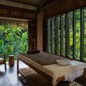 <p> Cửa ra vào, cửa sổ bằng gỗ có thể quay giúp kiểm soát lượng ánh sáng tự nhiên vào không gian bên trong, tùy thuộc vào thời điểm và tâm trạng của khách.</p>