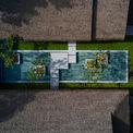 <p> Khu vực spa bao gồm 4 tòa nhà hình chữ nhật, liên kết với nhau bằng các lối đi có mái che, xung quanh là ao cảnh.</p>