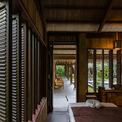 <p> Những bức tường dày đó kết hợp với mái mở rộng và cửa ra vào, cửa sổ bằng gỗ, tạo ra một không gian bên trong thoáng mát thoải mái, đồng thời không cần điều hòa nhiệt độ.</p>