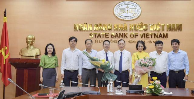 Phó Thống đốc Ngân hàng Nhà nước Việt Nam Đào Minh Tú trao quyết định bổ nhiệm và chúc mừng ông Nguyễn Tuấn Anh, Vụ trưởng Vụ Tín dụng các ngành kinh tế và bà