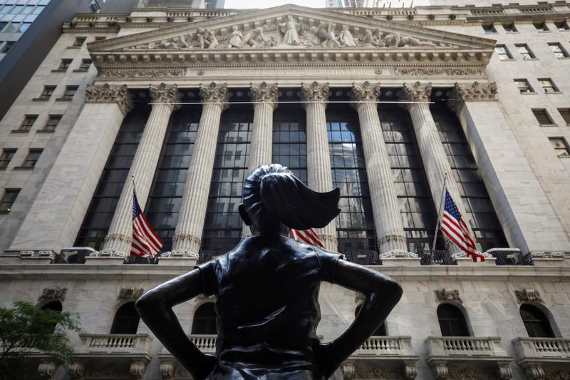 Phố Wall tăng điểm, cổ phiếu phòng thủ, giá trị đưa S&P 500 lên đỉnh mới