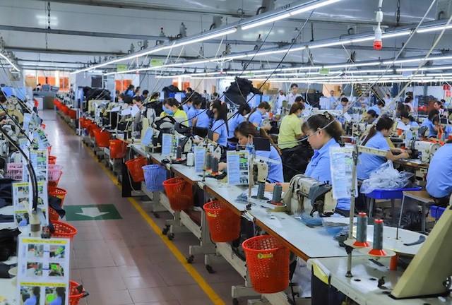 Công nhân Cty Pung Pook Sài Gòn sản xuất thành phẩm.