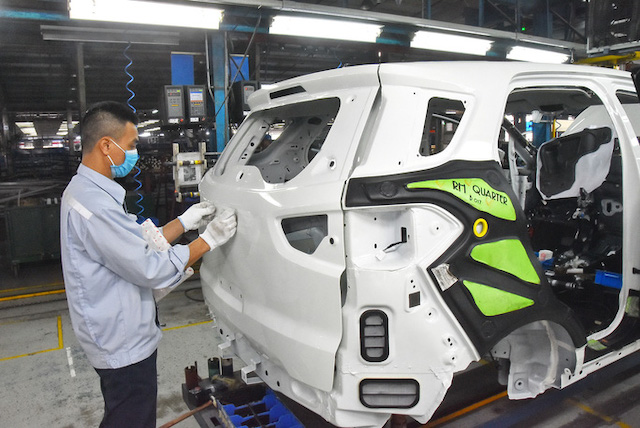 Lắp ráp ôtô tại nhà máy của Công ty Ford Việt Nam.