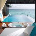 <p> Một phòng tắm xa hoa khác nằm trong dinh thự Anantara Kihavah Sunset trên đảo Kihavah Huravalhi, Maldives. Nằm kế bên bể bơi vô cực, phòng tắm có thiết kế tối giản với bồn tắm đáy kính.</p>