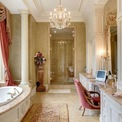<p> Phòng tắm trong dinh thự đồng quê Chelster Hall từng được rao bán với giá 45 triệu USD ở Oakville, Canada. Phòng tắm có thiết kế xa hoa với bồn tắm kiểu spa, đèn chùm trang trí và bồn rửa mạ vàng.</p>