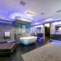 <p> 924 Bel Air Road, một trong những dinh thự đắt nhất tại Mỹ, được bán với giá 94 triệu USD hồi tháng 1. Dinh thự có 21 phòng tắm xa xỉ, trong đó có một phòng tắm lát đá cẩm thạch xám với bồn tắm kiểu spa, buồng tắm cỡ lớn và ghế massage bằng da.</p>